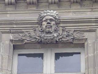 macaron sur un hotel particulier à Nantes en forme de tête de roi nègre
